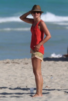 Julianne Hough - Miami - 28-04-2013 - Shorts, maxidress o pareo: e tu cosa indossi in spiaggia?