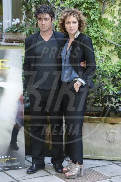Riccardo Scamarcio, Valeria Golino - Roma - 29-04-2013 - Anche il set di Stranger Things è galeotto!