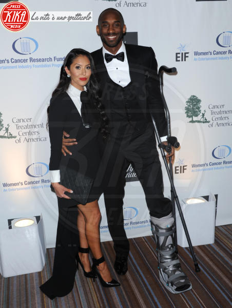 Vanessa Laine Bryant, Kobe Bryant - Beverly Hills - 02-05-2013 - Bende, cerotti, gessi, la dura vita della star