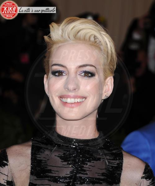 Anne Hathaway - New York - 06-05-2013 - Essere bionda o essere mora? Questo è il dilemma!