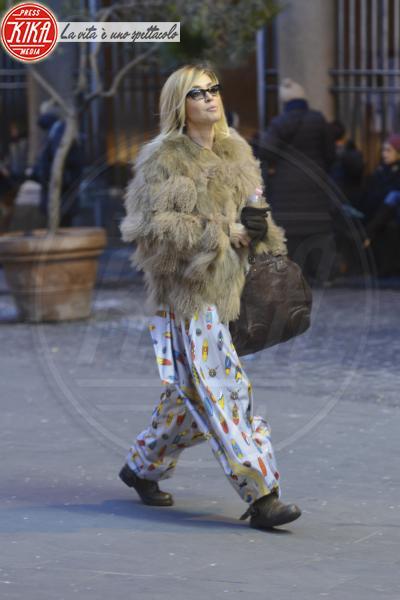 Paola Barale - Roma - 29-01-2013 - Un pugno nell'occhio: Paola Barale in pigiama… e pelliccia!