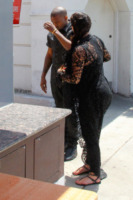 Kim Kardashian, Kanye West - Bel Air - 11-05-2013 - Kim Kardashian spaventata da un quasi incidente con un paparazzo
