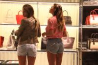 Shopping da prada per belen e cecilia rodriguez foto for Belen casa milano