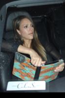 Jessica Alba - Los Angeles - 11-05-2013 - Questa bottiglia è di Nina Dobrev: c'è scritto sopra!