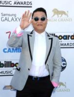 PSY - Las Vegas - 18-05-2013 - Psy attira le star a Cannes, ma era solo un sosia