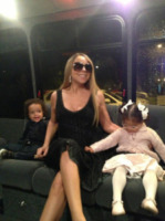 Monroe Cannon, Mariah Carey - 20-05-2013 - Dillo con un tweet: stretching in aeroporto con Demi Lovato