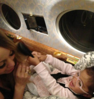 Monroe Cannon, Mariah Carey - 20-05-2013 - Dillo con un tweet: stretching in aeroporto con Demi Lovato