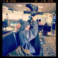 Demi Lovato - 19-05-2013 - Dillo con un tweet: stretching in aeroporto con Demi Lovato