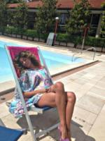 Belen Rodriguez - Dillo con un tweet: stretching in aeroporto con Demi Lovato