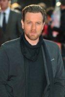 Ewan McGregor - Londra - 26-04-2012 - Baffi a manubrio e capelli nero corvino per Ewan McGregor