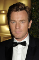 Ewan McGregor - Hollywood - 01-12-2012 - Baffi a manubrio e capelli nero corvino per Ewan McGregor