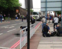 killer con machete - Londra - 23-05-2013 - Londra, soldato ucciso a colpi di machete in mezzo alla strada