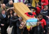Vladimir Luxuria - Genova - 25-05-2013 - Funerali di Don Gallo: il sagrato è rosso