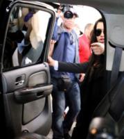 Kim Kardashian - Los Angeles - 24-05-2013 - Kim Kardsahian contro i paparazzi che la minacciano di morte