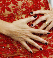 Alba Parietti - Milano - 03-05-2011 - Vuoi sapere la vera età delle star? Guarda le loro mani