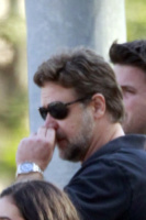 Russell Crowe - Beverly Hills - 31-05-2013 - Star come noi: beccati con le dita nel naso!