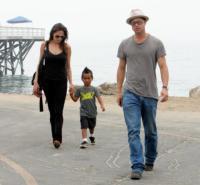 Maddox Jolie Pitt, Angelina Jolie, Brad Pitt - Malibu - 26-07-2006 - Angelina accusa Gala e difende Madonna