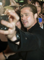 """Brad Pitt - Sydney - 09-06-2013 - Brad Pitt e le foto con le fan: """"Lasciate fare a me"""""""