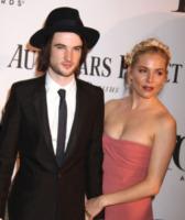 Tom Sturridge, Sienna Miller - New York - 09-06-2013 - Scarlett Johansson: Che noia i Tony Awards!