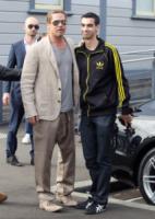 Brad Pitt - Sidney - 10-06-2013 - Brad Pitt e il figlio Pax, saluti dalla volante