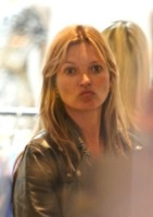 Kate Moss - Londra - 10-06-2013 - Star come noi: che smorfiose, queste celebrity!