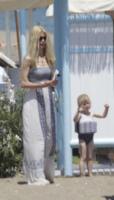 Claudia Schiffer, Cosima - Marbella - 10-06-2013 - Shorts, maxidress o pareo: e tu cosa indossi in spiaggia?