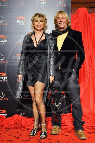Enzo Paolo Turchi, Carmen Russo - Roma - 22-10-2010 - La bella e la bestia: non tutte le coppie riescono col buco!