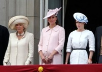 Principessa Eugenia di York, Kate Middleton, Camilla Parker Bowles - Londra - 15-06-2013 - Trooping the Colour: Kate Middleton con il plaid sulle ginocchia