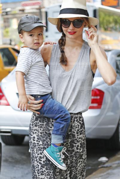 Flynn Bloom, Miranda Kerr - New York - 19-06-2013 - Amore, ma quando scendi dalle braccia di mamma?