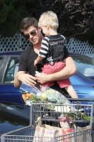 Julian Thicke, Robin Thicke - Beverly Hills - 01-07-2013 - Star come noi: Robin Thicke è un mammo tuttofare