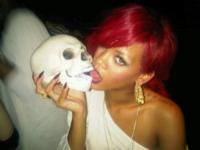 Rihanna - 06-03-2012 - Il fantastico mondo a luci rosse di Rihanna
