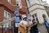 ambasciata Ecuador - Londra - 03-07-2013 - Julian Assange, un compleanno in ambasciata