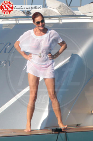 Simona Ventura - Formentera - 04-07-2013 - Shorts, maxidress o pareo: e tu cosa indossi in spiaggia?