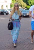 Paris Hilton - Malibu - 05-07-2013 - W le celebrity con i piedi per terra, W le ballerine!