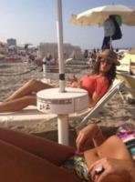 Raffaella Fico - Milano - 13-07-2013 - Dillo con un tweet: Raffaella Fico versione reporter da spiaggia