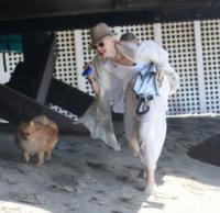 Gwen Stefani - Malibu - 13-07-2013 - Anche i VIP in spiaggia con i fidati amici a quattro zampe