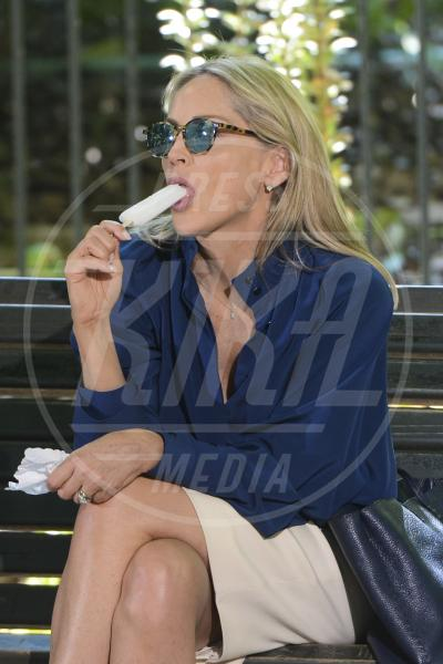 Sharon Stone - Roma - 22-07-2013 - Star come noi: d'estate non possono fare a meno di un gelato