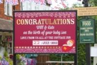 cartellone - Bucklebury - 23-07-2013 - Royal Cambridge, le congratulazioni non sono più solo su carta
