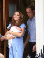 Principe George, Principe William, Kate Middleton - Londra - 23-07-2013 - Kate e William presentano il piccolo Cambridge
