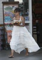 """Halle Berry - Los Angeles - 27-07-2013 - La voglia """"fruttosa"""" di una gravida Halle Berry"""