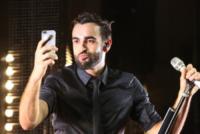 Marco Mengoni - Cervia - 27-07-2013 - Marco Mengoni canta con il cellulare