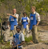 Principe Harry - 10-08-2013 - Il principe Harry in Angola, come Lady Diana