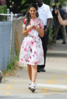 Katie Holmes - Ohio - 26-08-2013 - L'abito dell'estate? Il corolla dress, sexy e bon ton!