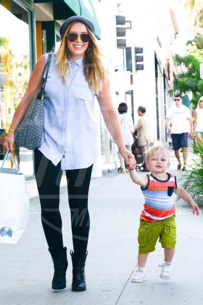 Luca Cruz Comrie, Hilary Duff - Beverly Hills - 26-08-2013 - Amore, ma quando scendi dalle braccia di mamma?