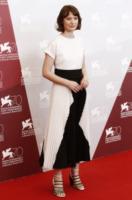Mia Wasikowska - Venezia - 29-08-2013 - Bianco e nero: un classico sul tappeto rosso!