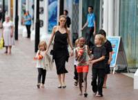 Shiloh Jolie Pitt, Knox Leon Jolie Pitt, Zahara Jolie Pitt, Pax Thien Jolie Pitt, Vivienne Marcheline, Angelina Jolie - Sydney - 08-09-2013 - Angelina Jolie supermamma: cinque contro una a Sydney