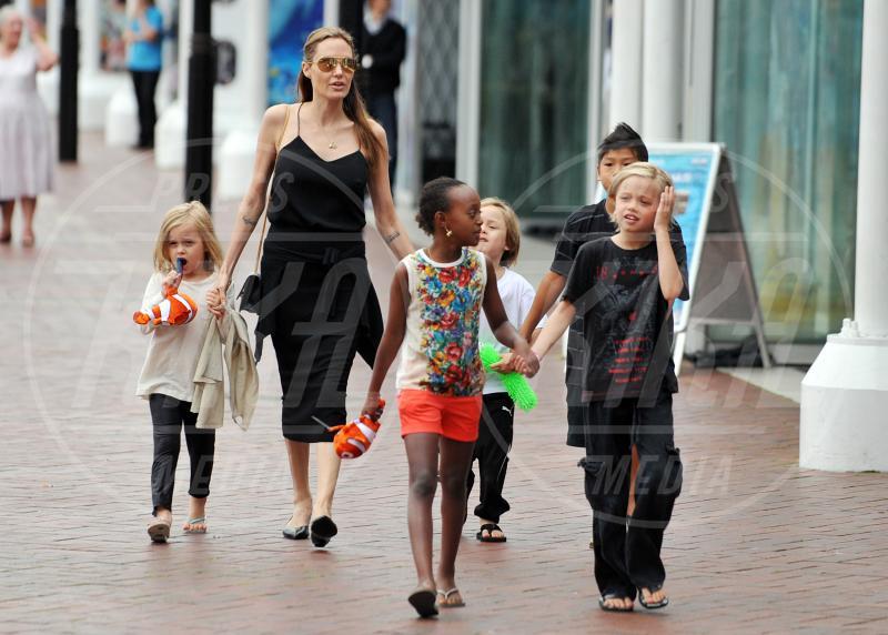 Shiloh Jolie Pitt, Knox Leon Jolie Pitt, Zahara Jolie Pitt, Pax Thien Jolie Pitt, Vivienne Marcheline, Angelina Jolie - Sydney - 08-09-2013 - A ogni star il suo colore: nero per Angelina, rosa per Paris