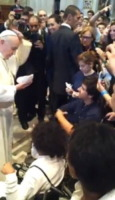 Papa Francesco - Roma - 11-09-2013 - Un regalo speciale: ecco la papalina di Papa Francesco!