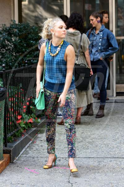 AnnaSofia Robb - New York - 11-09-2013 - Nostalgia della primavera? Curatela con i fiori… sui pantaloni