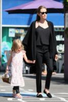 Vivienne Jolie Pitt, Angelina Jolie - Sydney - 15-09-2013 - La mantella, intramontabile classico senza tempo